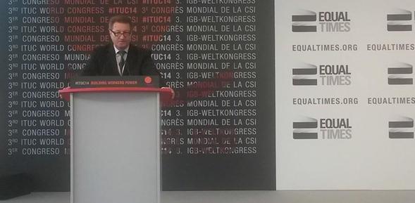 Лидер БКДП Александр Ярошук выступает перед делегатами 3-го съезда МКП