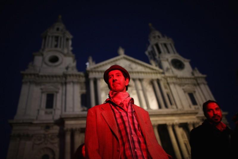 Протестующие у собора святого Павла в Лондоне, 15 октября 2011. В столице Англии к демонстрантам присоединился основатель Wikileaks Джулиан Ассанж. Он выступил с речью, обвинив банкиров и политиков в коррупции.  Фото: Dan Kitwood | Getty Images