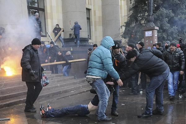 Столкновения у здания областной администрации Харькова, 1 марта 2014 года.  Фото: Reuters