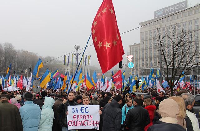 Активисты левой оппозиции в Киеве на марше за европейскую Украину, 24 ноября 2013 года.  Фото: gaslo.info