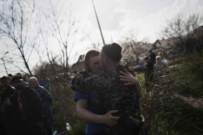 Добрая фотография. Братья-славяне. Украинский солдат и протестующий в поле около Краматорска, 16 апреля 2014.  Фото: AP Photo/Manu Brabo