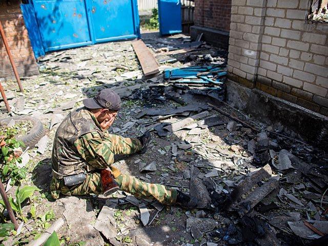 Донецкийц ополченец во дворе разрушенного бомбардировками дома. Славянск, Украина, 2014 год