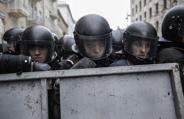 Бойцы сил правопорядка во время беспорядков возле здания Администрации президента Украины на Банковой улице в Киеве. Украина, 2014 год
