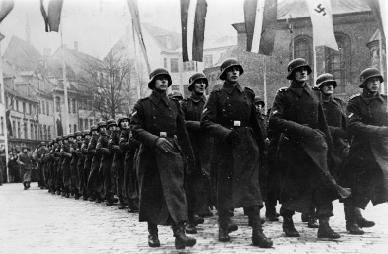 Парад латышских легионеров СС в честь дня основания Латвийской республики, Рига, Латвия, 1943 г.