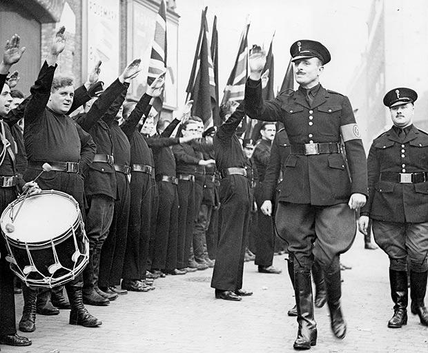 """Сэр Освальд Мосли перед строем """"молодчиков"""" из Британского союза фашистов, 1936 г."""