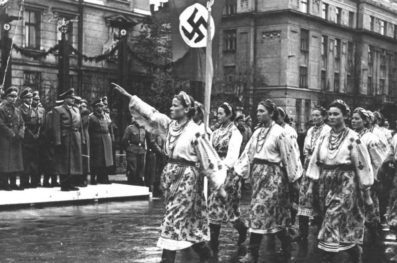 Демонстрация украинской молодёжи на улицах Львова, Западная Украина, 1941 г.