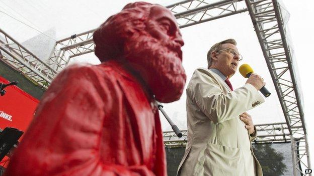 Избирательная кампания новоизбранного минстра-президента Тюрингии Бодо РАМЕЛОВА проходила рядом с бюстом Карла Маркса © AP