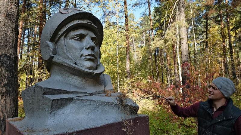 Активисты не бросили Гагарина в лесу - навещают, заботятся. Фото: Анатолий Жданов / Коммерсантъ