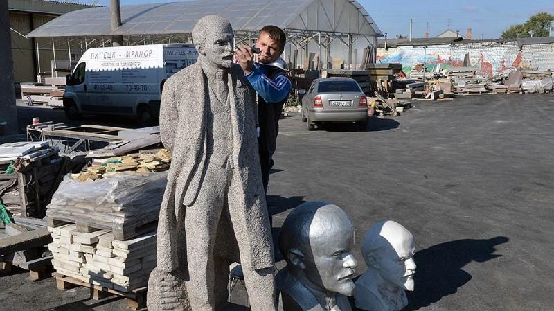 В мастерской по восстановлению памятников от Лениных отбоя нет. Фото: Анатолий Жданов / Коммерсантъ
