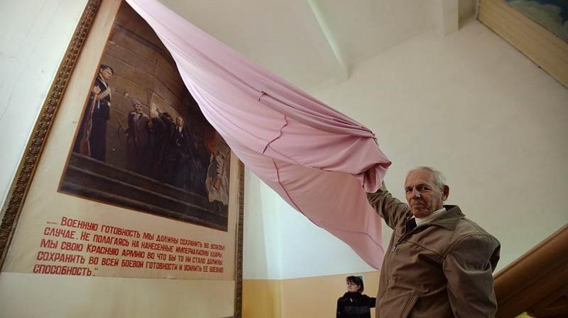 Евгений АНТИПОВ срывает покровы с революционного искусства. Фото: Анатолий Жданов / Коммерсантъ