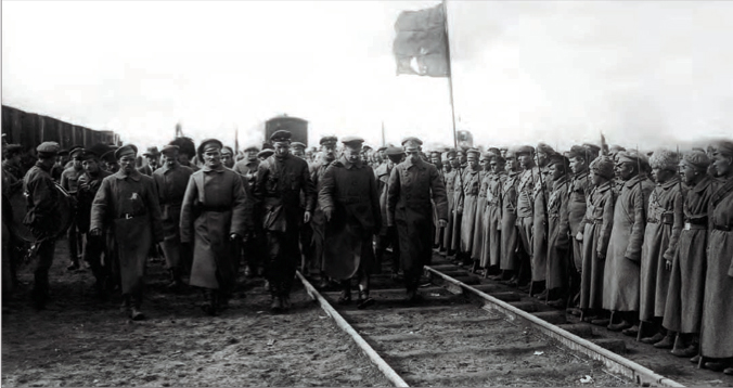 Троцкий производит смотр войскам. Фото: istrodina.com