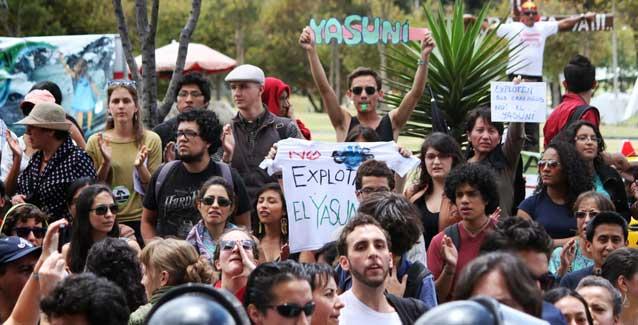 Решение Р. Карреа задействовать три нефтяных месторожденя, которые находятся под Ясуни, вызвало продолжающиеся протесты в городах по всей стране, а также протесты эквадорцев, живущих в США и Канаде, осуждение CONFENAIE (Конфедерации коренных народов Амазонки в Эквадоре), CONAIE, национальная организация коренных народов и общин,