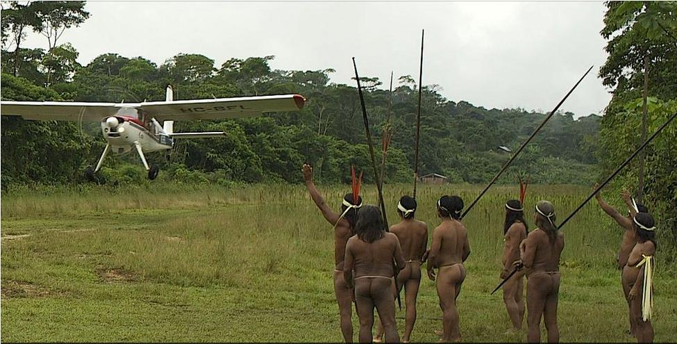 Индейцы сельвы Амазонки машут улетающему одномоторному сомолёту, увозящему в ближайший город съёмочную группу телеканала BBC