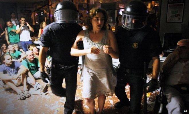 Новый мэр Барселоны Ада КОЛАУ не раз бывала в объятиях полиции.