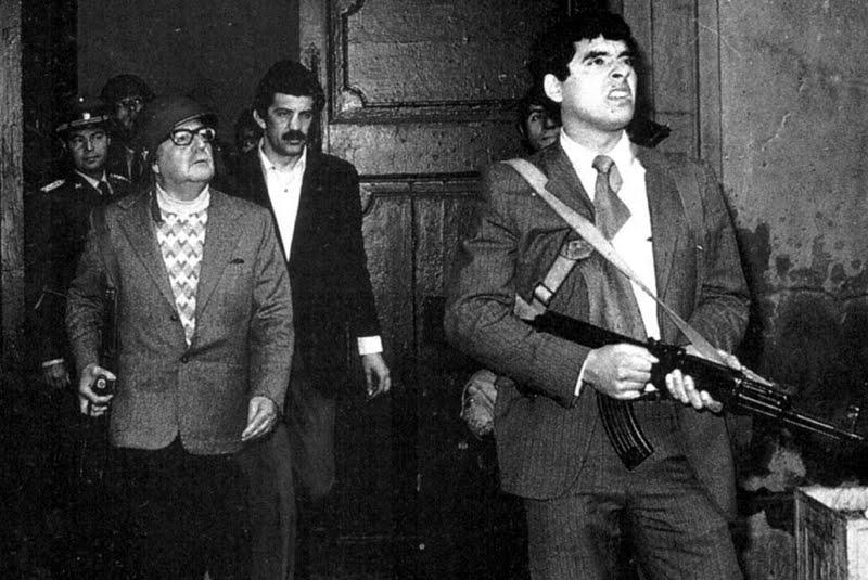 Salvador_Allende_palacio_Moneda_durtante_golpe_militar