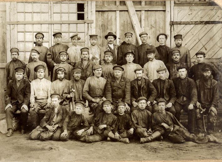 Рабочыя перад пераходам на новы завод (1910 г.)