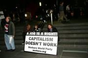 """Акция """"Займем Уолл-Стрит"""" в Нью-Йорке. Надпись на плакате: """"Работа - это право. Капитализм не работает""""."""