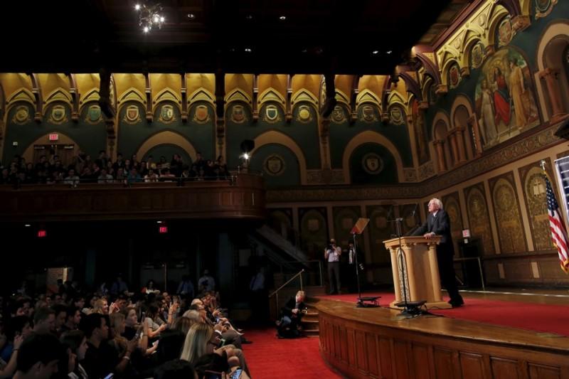 "Берни Сандерс произносит речь на ""демократический социализм"" в Америке,"" перед студентами Джорджтаунского университета. Фото: Carlos Barria / Reuters"