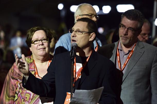 Режиссер Ави Льюис, центр, был главным защитником Манифест скачок в НДП. Фото Джошуа Берсон.