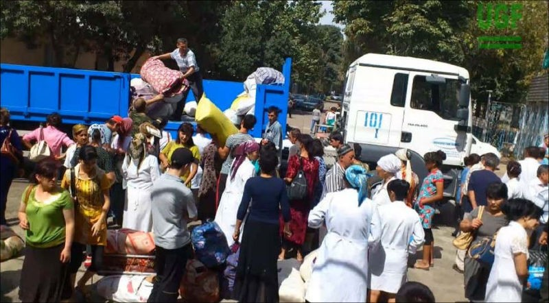 Массовая мобилизация работников госучреждений на сбор хлопка осенью 2015 года. Фото: «Фергана.Ру»