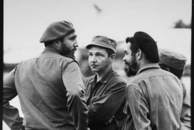 ERNESTO (CHE) GUEVARA  Che Guevara holds an impromptu  meeting in Havana, Cuba, with  Fidel Castro and Castro's  brother.      Date: 1959    Source: Photograph by Osvaldo Salas in 1959.  Salas Collection.