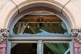 24.07.2019, Sachsen, Zittau: Zerborstende Fensterscheiben sind nach einem Anschlag auf die Wohnung der Linke-Kommunalpolitikerin Ramona Gehring zu sehen. Kurz vor Mitternacht zündeten Unbekannte offenbar Sprengkörper an dem Haus. Dadurch gingen mehrere Scheiben zu Bruch. Menschen wurden nicht verletzt. Foto: Robert Michael/dpa-Zentralbild/dpa +++ dpa-Bildfunk +++ | Verwendung weltweit