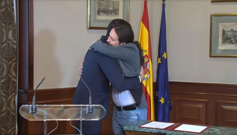 1280px-(Bro_hug)_Declaración_conjunta_de_Pablo_Iglesias_y_Pedro_Sánchez